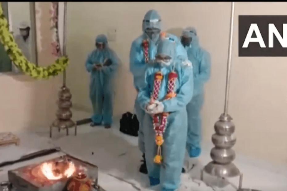 PPE किट पेहेनके हुई शादी
